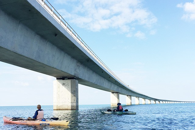 ユニの浜を目指し伊良部大橋をくぐり抜けるシーカヤック