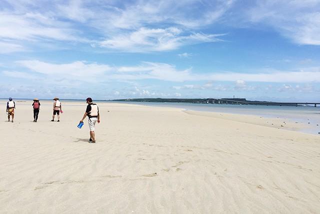 ユニの浜をガイドと散策