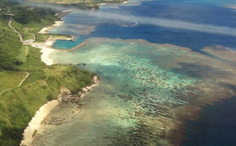 飛行機の窓から眺める宮古島