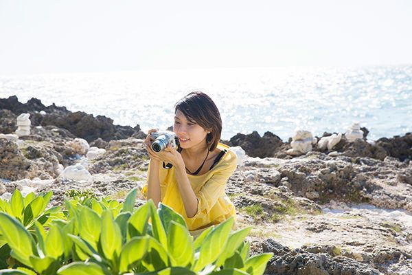 宮古島の色と取りの景色にカメラを向ける